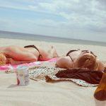 dwie kobiety opalające się na plaży