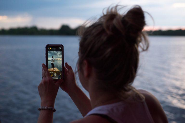 Czemu ludzie nie rozstają się ze swoimi smartfonami?