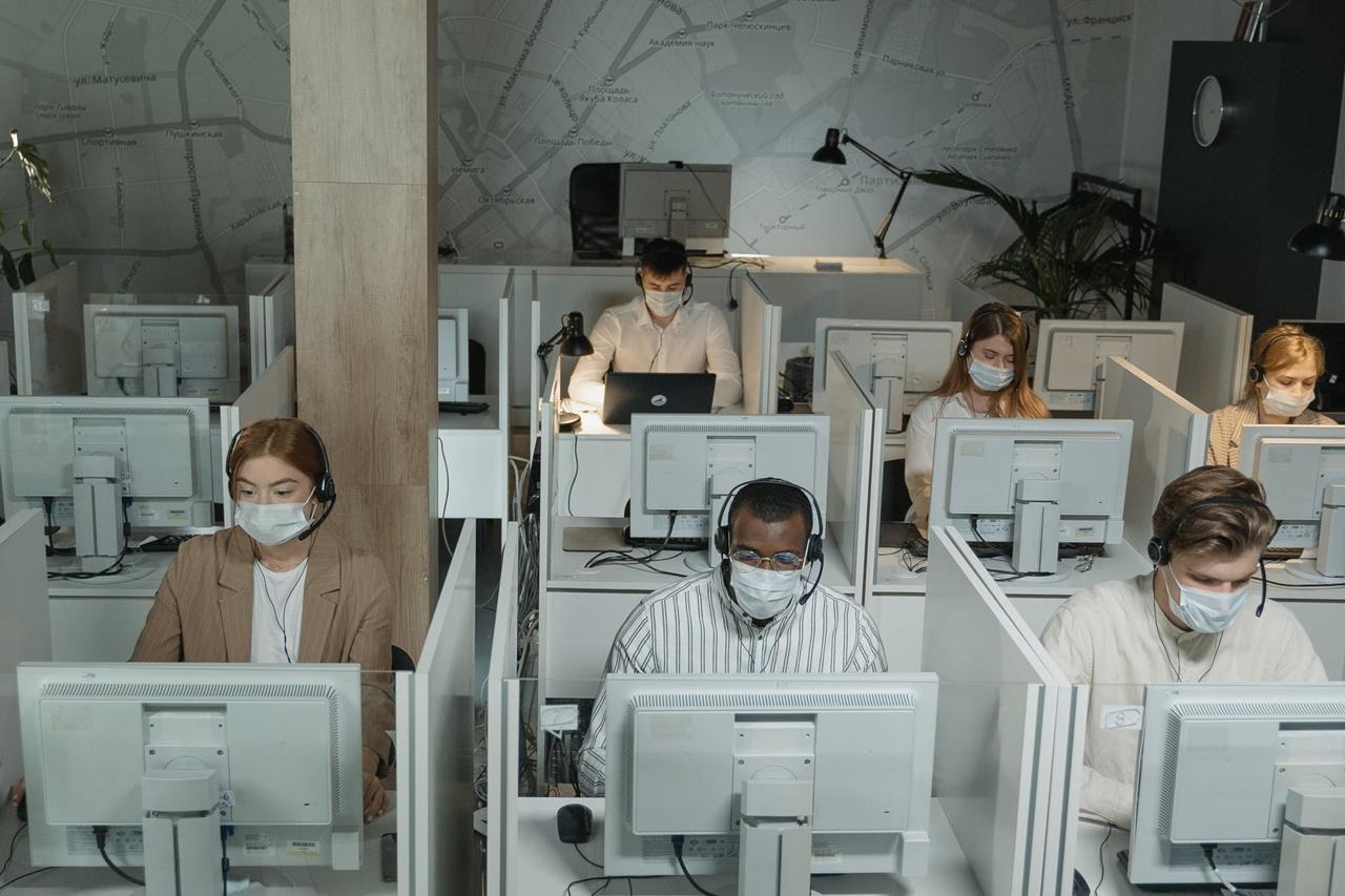 W pandemii liczba połączeń na infolinie wzrosła aż o 80 proc. Pomóc mogą boty